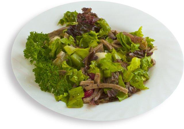 Микс-салат, язык, яйцо перепелиное, черри, оливковое масло.